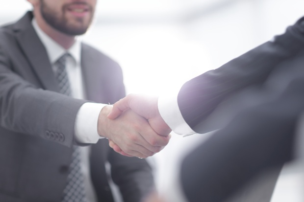 Exit interview best practices: two colleagues shaking hands after a business meeting